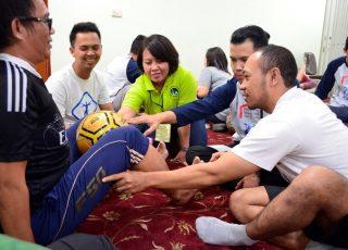 Fisioterapis Olahraga Lihai Melakukan Terapi Latihan
